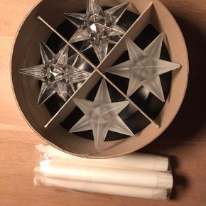 4 stjerne lysestager fra Pernille Bülow Glas med stearin lys.   2 klare og 2 matte stjerneformet lysestager.  Bredde: 9 cm Højde: 5 cm