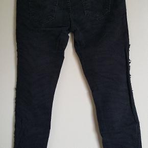 Fede stumpede jeans model the ankle skinny. Str 26. Farven er meget mørkeblå og sort.