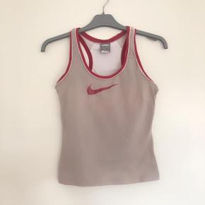 Nike beige fittnesstop str 34-36 S. Med indvendig bh.