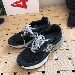 SOLGT New balance 990, sort str. 38. Vasket i vaskemaskine. Hælen kan mærkes lidt tydeligere i den ene sko, men det kan sagtens gåes til igen.