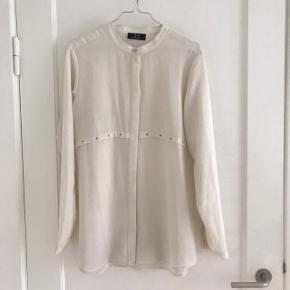 3f118cc7b4c Beige/sandfarvet skjorte med kinakrave og messingfarvede detaljer (se billede  2 og 3)