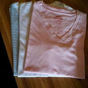 3 lækre v-neck t-shirt i økologisk bomuld, hvid, rosa, strib lyseblå/hvid sælges, da de er for store. De er kun lige skyllet op. Nypris er 200 kr pr.stk., kom gerne med bud, sender hurtigt ved køb :-)