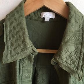 Skøn armygrøn skjorte fra Lala Berlin, brugt få gange, vasket en gang, nypris 2400, sælges for 750, ikke ryger hjem. Det er en str s men den er lidt oversize, så en m kan også passe den. Har for meget skabene, så derfor sælges den.