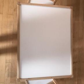 Børnebord med 2 stole fra Ikea i hvid/fyr. Sættet er i pæn stand, taget i betrækning at det har rundet de 8 år - dog med et mærk som på billede 3. Brugt af 2 børn og kommer fra ikke-ryger hjem. Denne vare sender jeg ikke, men kan hentes i Århus V (tæt på store centre nord). Målen er på det sidste billede