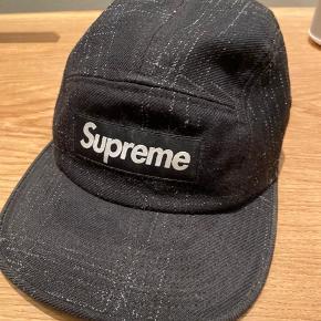 Supreme kasket   Den har et lille flaw i siden, ikke noget man lægger mærke til, ellers god stand