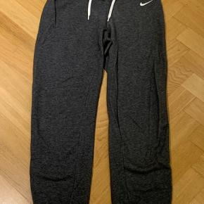 Lækre sweatpants/bukser fra Nike i grå. I pæn stand.