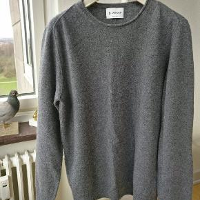 Lækker og virkelig blød sweater lavet i ekstra fin marino uld fra Italienske Dondup.  Et par mål alle målt fladt liggende. Armhule til armhule ca. 52, længden på ærmet, fra skuldersyningen til kant ca. 64, fra kraveben til bund ca 69. Mp. 600
