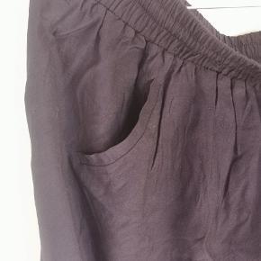 Nederdel fra Envii med elastikkant.  Jeg giver gerne mængderabat ved køb af flere ting👌🏻 Skriv gerne for spørgsmål.  Køber betaler porto.