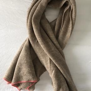 Det smukkeste tørklæde fra Aiayu fra den gang det hed Aymara I ren uld Over to meter langt  Nypris 1400