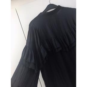 Super fin trøje fra Second Female i str M  Der er et lille hul ved kraven