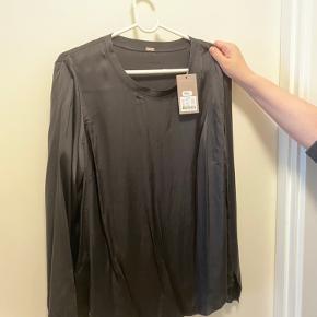 Smukkeste bluse i silkelook fra Gustav. Hedder Lux t-shirt. Er helt ny med prismærke på. Sælges da den ikke passer mig.  96% viskose og 4% elastan Brystmål 112cm talje 112cm hofte 120cm.
