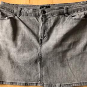 STØRRELSEN ER Str. 44, men lille i størrelsen. Kort mini Denim nederdel med 1 % elastan. Måler ca. 42x2 i livet uden at strække i den. Den kan dog give sig lidt. LYS GRÅ DENIM STOF.   42,- + fragt med Dao kr. 37,-  Bytter ikke.  MÆNGDERABAT ♻️💰