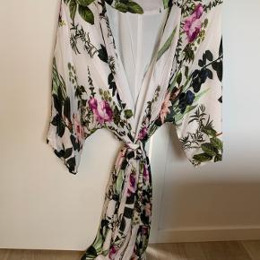 Populær kimono kjole fra Gestuz. Brugt få gange. Uden tegn på slid.  Nypris 1500kr. Sælges for 450kr.