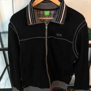 FED sort Hugo Boss sweater med lynlås i super stand!
