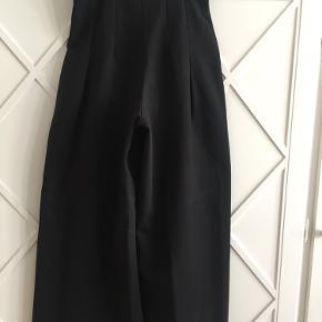 De flotteste selskabsbukser i kraftig sort bomuld fra h&m, har aldrig været brugt. Brede ben og læg i taljen, superfede, og er som nye.
