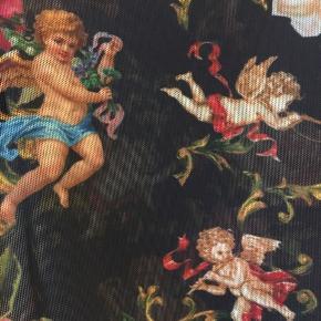 Sælger denne bluse med engler på den har det der gennemsigtige stof   Angels