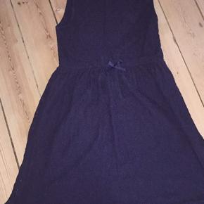 Mørkeblå blondekjole