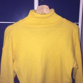 ! NY PRIS ! Gul turtleneck sweater Størrelse: S/M