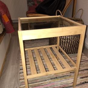 Bord fra Ikea i bambus med glasplade. Kan afhentes i Jelling.