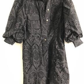 Kjole fra Ganni med pufærmer i broderi anglaise. Brugt en gang. Købt i butikken i St Regnegade.