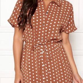 Sød kjole fra Only med hvide prikker 🌸 Brugt en enkelt gang, fremstår som ny.  Str. S