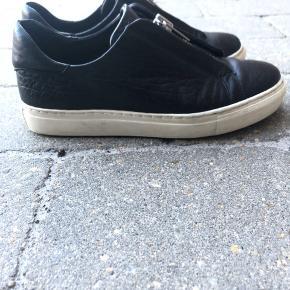 Fine sko, som er brugt i en kort periode.  Der selv tegn på brug, og lidt slid i skindet på skoen. Ses på billederne