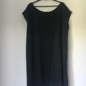 Super flot sort kjole i enkelt design. Med foer. Flot effekt i yderstof. Så fin. Kan dresses op og ned. Den lille sorte, der kan bruges til alt. Krøller ikke.