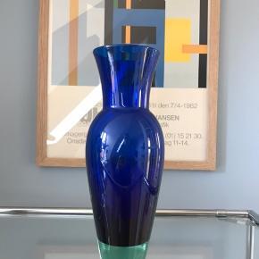 💙glasvase. Hel og pæn. Navnet er Harlekin. Designet af Anja Kjær for Holmegaard - Royal Copenhagen. Det er den lille model; 22,5 cm  175kr  #blåvase #glasvase #royalcopenhagen #vintagevase #vintageglas