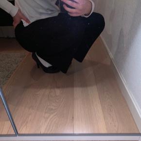 Super lækre løse bukser. Næsten ikke brugt!  Er meget åben overfor bud:)  De er i perfekt stand!
