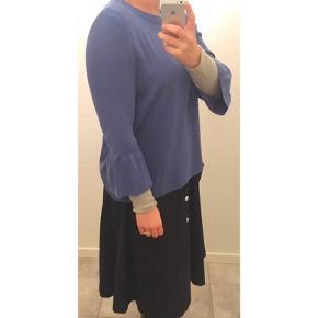 Blå strik med fine ærmer fra H&M 💙   - Str. 42/XL men jeg er en L og passer fint. Så sidder den bare lidt løst.  - Fin stand - Farven ses bedst hvor jeg har den på   Se også mine andre fine annoncer. Sælger billigt ud og giver gerne mængderabat 🙌🏼