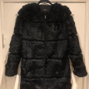 Købt for et par år siden, men blot hængt i støvpose i klædeskabet. Brugt yderst få gange og i perfekt stand. Str 38