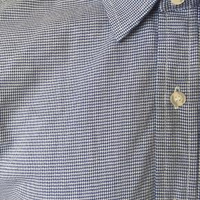 Blå/hvid stribet slim skjorte i rigtig fin stand. Brugt EN gang. Passer til høj slank herre.  BYD