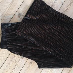 Sælges for kun 200kr t.o.m på søndag Velour bukser i sort/brun transparent mønster. Aldrig brugt! Udvendig benlængde: ca 98 cm