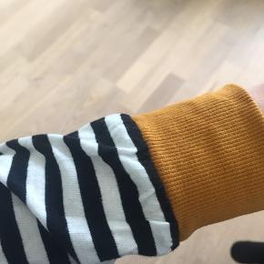 Fin stribet bluse med karry gule kanter