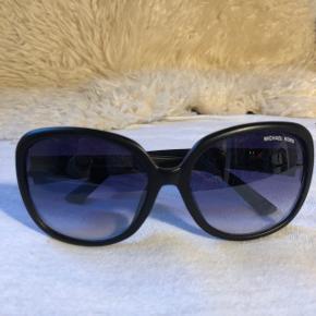 e400643af1cc Lækre sorte solbriller fra Michael Kors