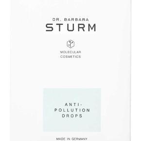 Hudlægen Dr. Barbara Sturms eksklusive produktserie har fået temmelig mange fans de senere år, og de er også så småt ved at blive rigtig kendte i Danmark - ikke mindst på grund af jævnlig omtale på bl.a. Beautyspace bloggen.  Anti-Pollution Drops er et kraftfuldt serum, der beskytter mod skadelige miljøpåvirkninger (lys fra computere, UV lys, miljøforurening etc.) og dermed for tidlig ældning.  Det indeholder Barbara Sturms særlige Skin Protect Complex udvundet af mikroorganismer fra fransk Polynesien og ekstrakt af kakaofrø, som har et højt indhold af antioxidanter.  Derudover indeholder det ultra fugtgivende hyaluronsyre (det, som Barbara Sturm er kendt for at bruge i koncentrerede ampuller, som stjernerne bruger før red carpet events), som fugter og 'plumper' huden.  Ny og helt ubrugt, stadig i plomberet æske. 30 ml. full size, nypris €125 eller ca. 930 DKK  Sælges for 450 kr. + porto  Bytter ikke.