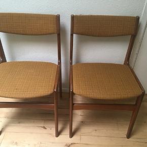 To flotte retro stole med patina sælges samlet for 350 kr. Højde: 82 cm Bredde 48 cm Siddehøjde 48 cm.