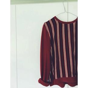 Sælger denne super fine ganni bluse, da jeg desværre ikke kommer i den.. det er en str L men er meget lille i størrelsen og svarer til en S-M