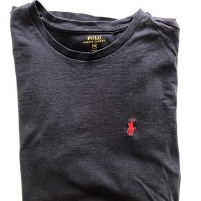 Ralph T-shirt Mørkeblå  Str M God men brugt stand.  Nypris 450,00.
