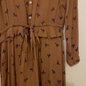 Smule kjole, som kun er brugt er par timer. Ingen brugstegn. Fremstår som ny. Der følger underkjole med.