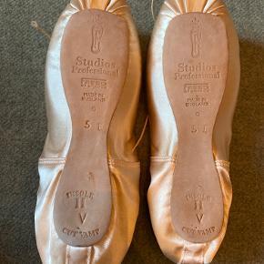 Helt nye tåspids sko, bold og elastikker medfølger. Størrelse 5E