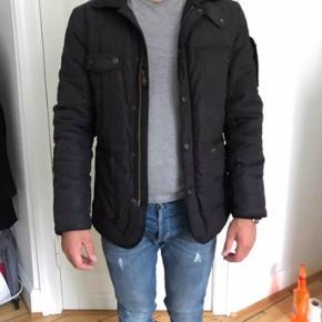 Sælger min Wiggys Survival jakke i størrelsen Medium. Jakken er i super fin stand. Ny pris 3.600kr.  er 178cm til info.
