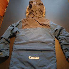 Lækker, varm vinterjakke. 100 % vandtæt. Brugt sidste vinter. Vasket 2 gange på outwearprogram. I fin stand. Ingen huller, pletter eller særlig slid.  Bytter ikke!
