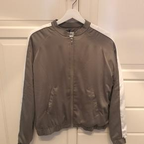Fin silkeagtig blød jakke.