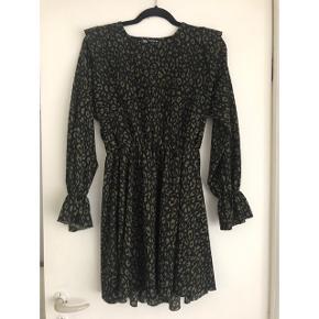 Sælger denne fine Zara kjole. Den har fine flæse detaljer på skuldre og ærmer.  Brugt og vasket én enkelt gang - er som ny.  Sendes med DAO via Trendsaleshandel - pris for fragt kommer oveni :)