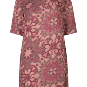 Super smuk kjole fra Day et Birger Mikkelsen. Har aldrig haft den i brug. Også super fin som tunika ud over et par bukser 🌸  No omkring de 1100