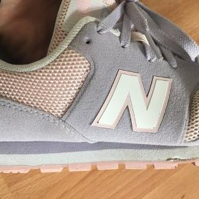 Lækre New Balance sneakers i str. 34,5, brugt højst 5 gange, da min datter voksede hurtigt fra dem.