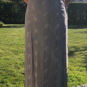 Sød grå lang nederdel