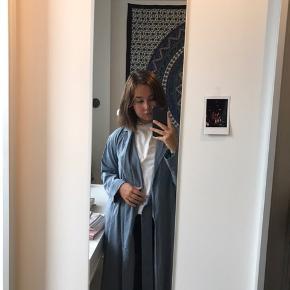 lang frakke fra Weekday i str. XS - næsten ikke brugt - nypris var 625 kr - sælges for 135 kr inkl fragt 🦋