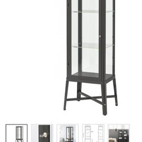 Sælger dette vitrineskab fra Ikea. Mega cool med massere plads.  Skriv endelig for billeder af mit vitrineskab :)  Ny pris. 900 kr.  OBS! Hentes i Gentofte eller København
